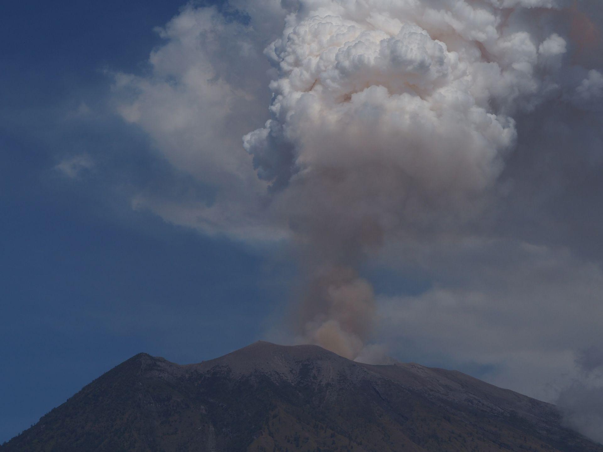 В четвъртък вечерта вулканът избълва на височина 2000 м дим и пепел