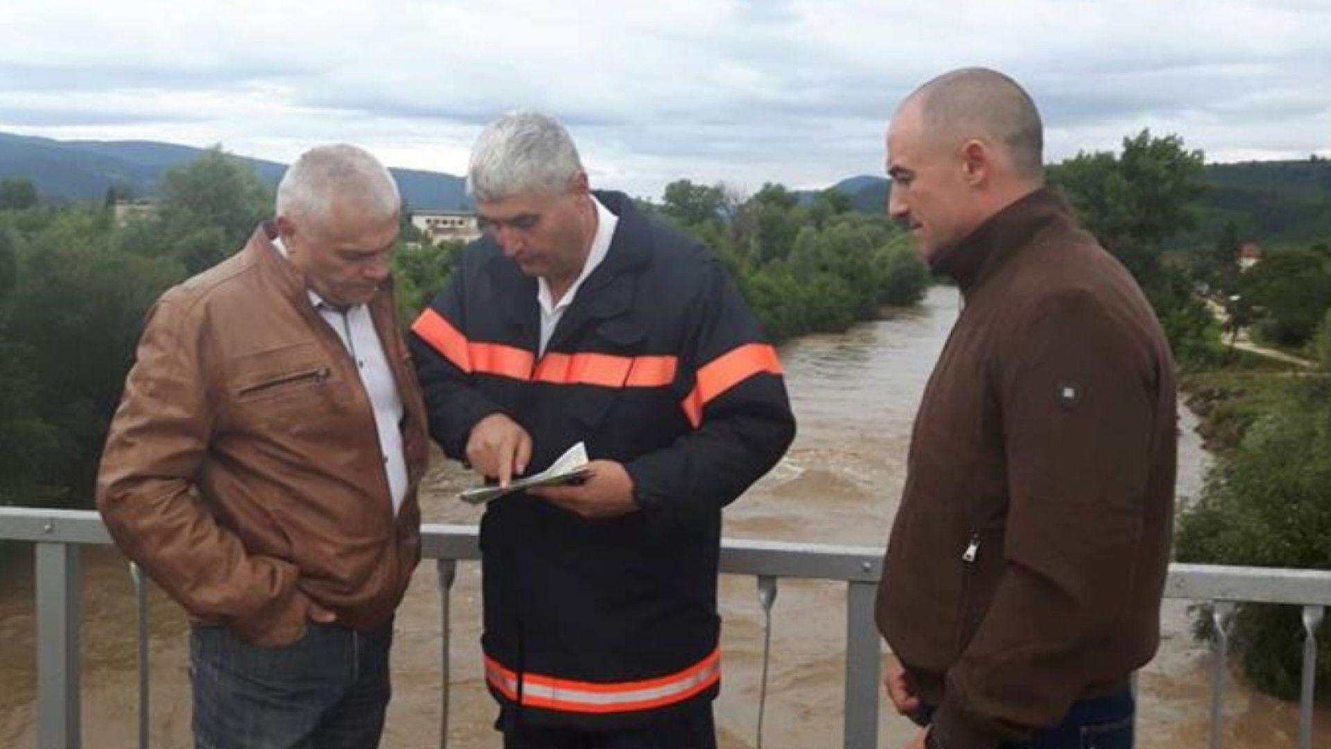 Река Малък Искър преля. Жители на Роман са евакуирани, полиция пази имуществото им