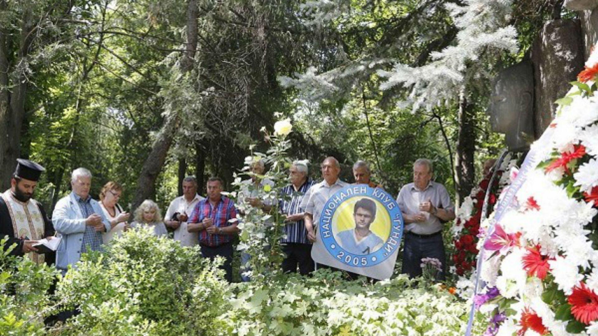 Фенове и ветерани почетоха Гунди и Котков