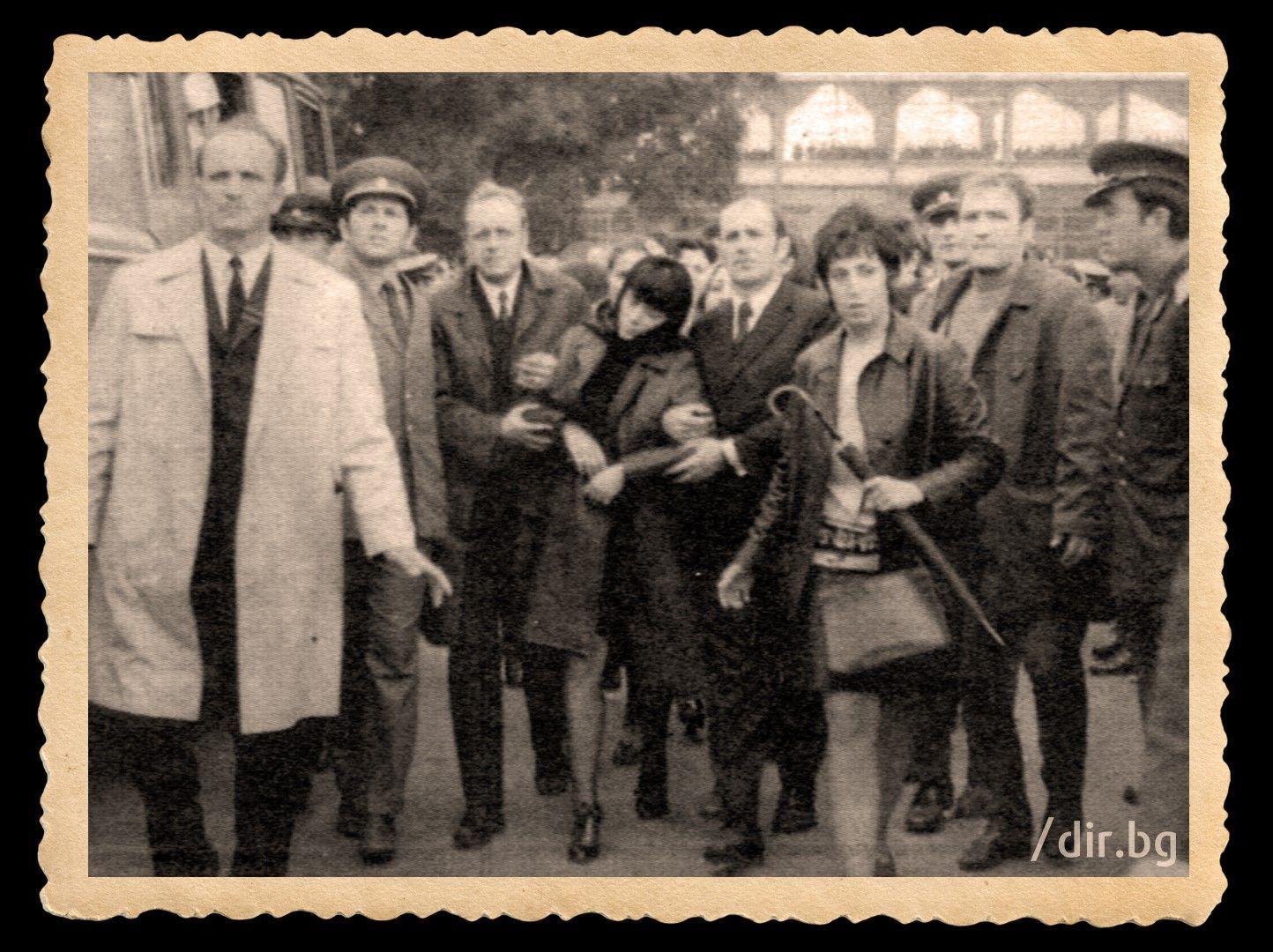 Приятели прикрепят Катя Коткова на погребението на мъжа й. Само няколко минути, след като дъщеря им Мария казала на майка си, че тати няма да се бави във Враца, станало ясно, че той вече никога няма да се върне у дома.