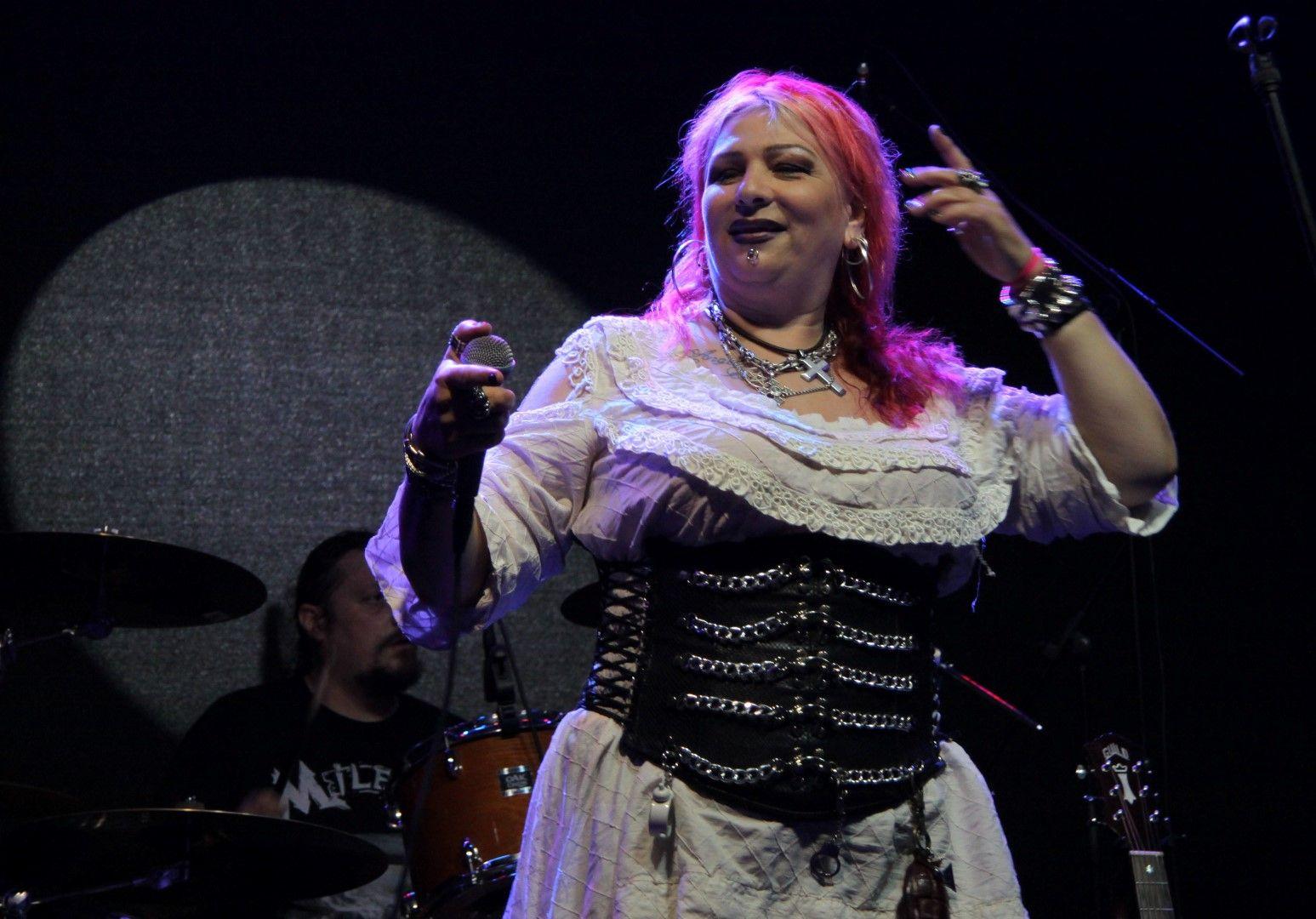 Купонът започна с рок легендата Милена Славова