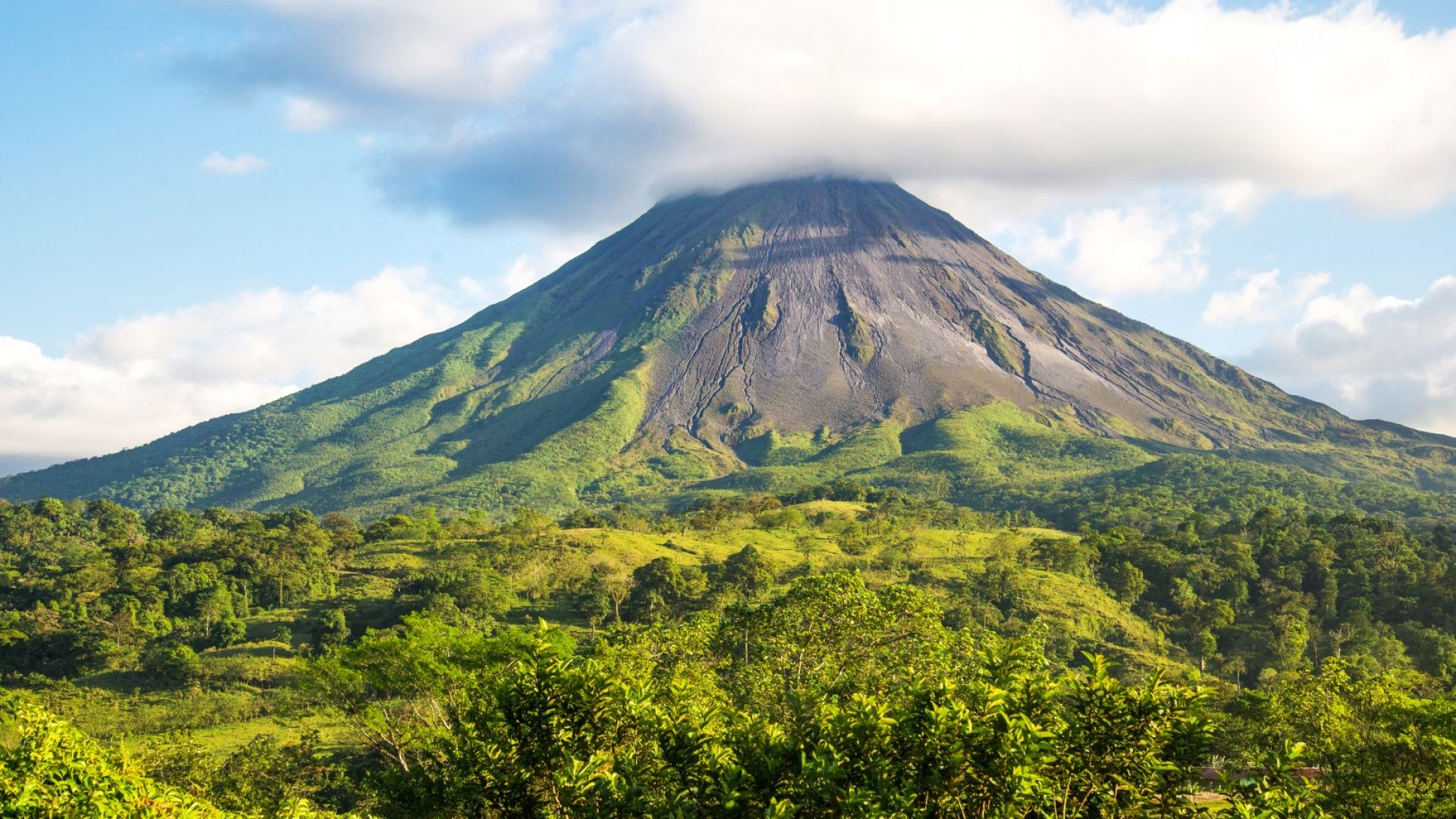 Индонезийци принесоха дарове на активен вулкан