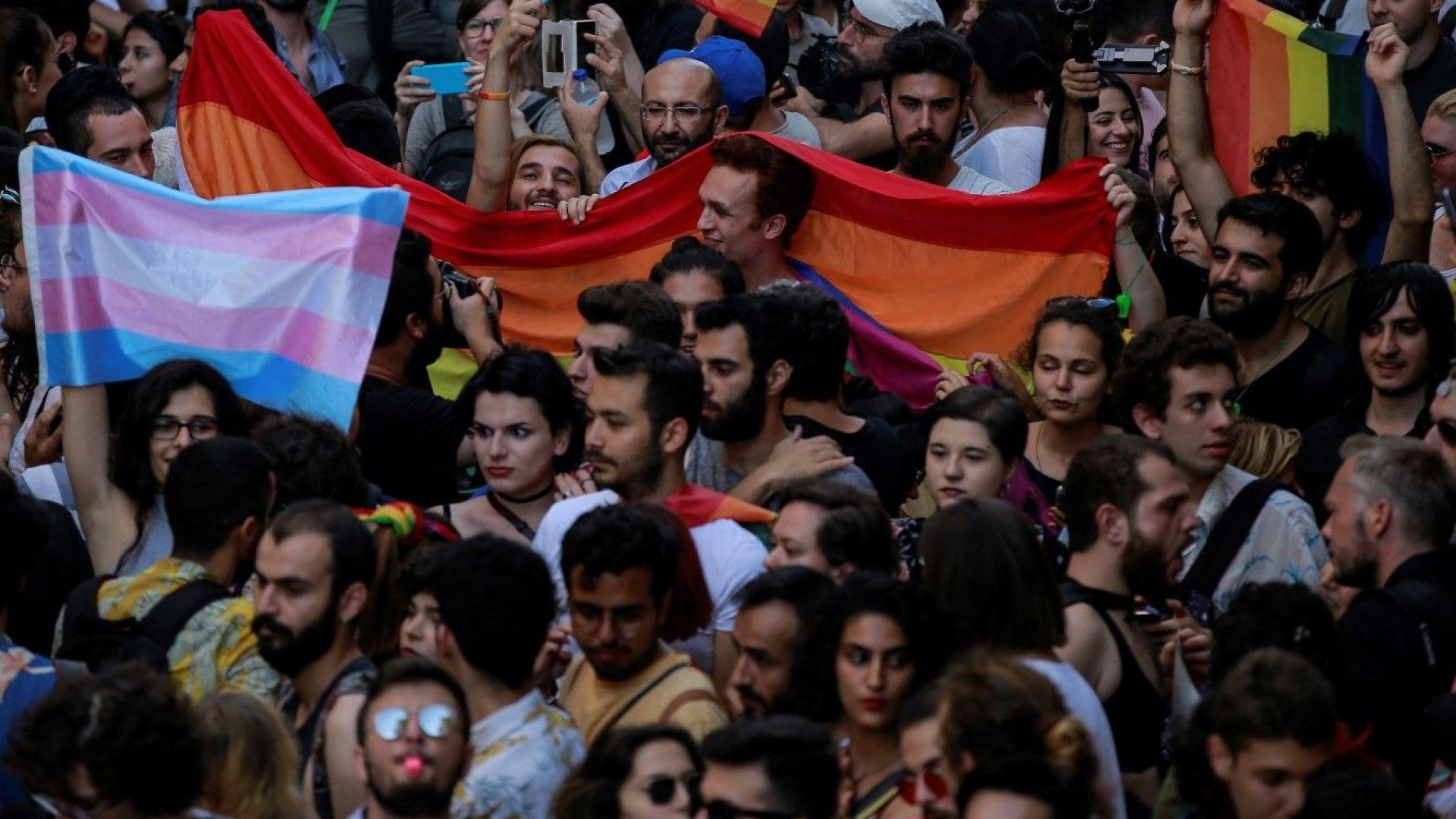 Истанбулската полиция разпръсна грубо гей парад