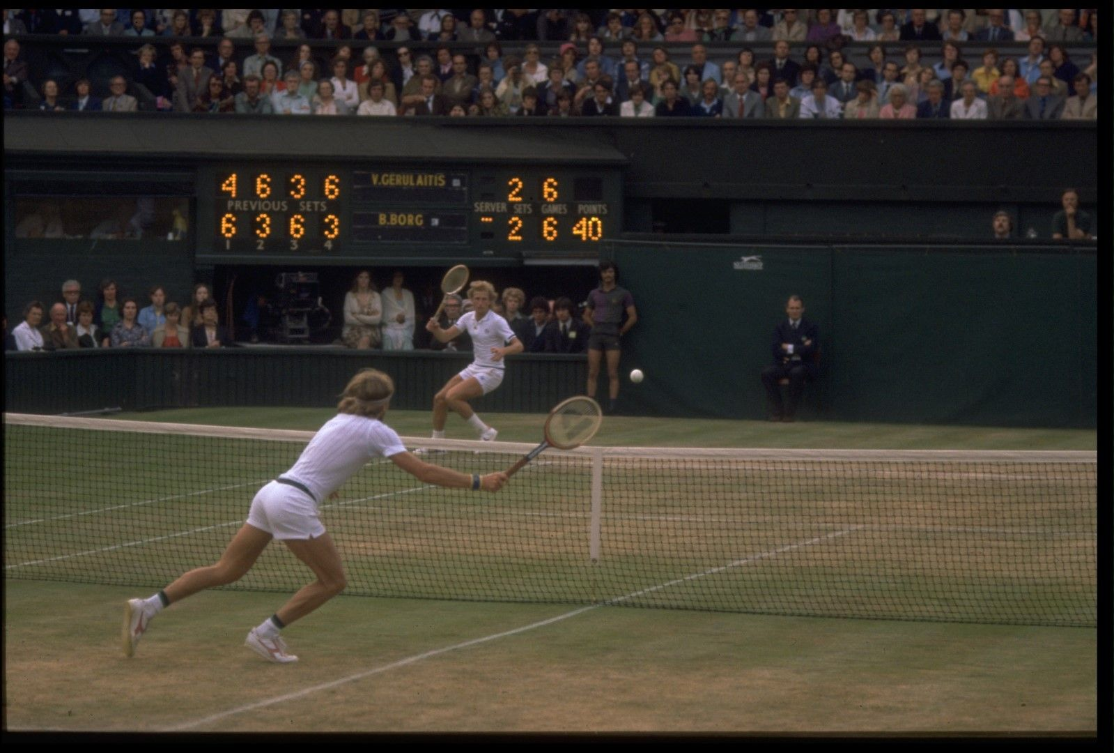 1977 г. Бьорн Борг  спечели втора от общо пет титли с фантастична трисетова драма срещу Конърс. Това е полуфиналният двубой