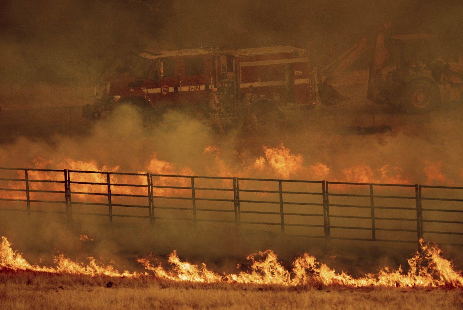 Пламъците се разгарят допълнително от променливия вятър и жегата  Прочети още на: https://www.bgonair.bg/world/2018-06-25/kaliforniya-v-plamatsi-hilyadi-evakuirani