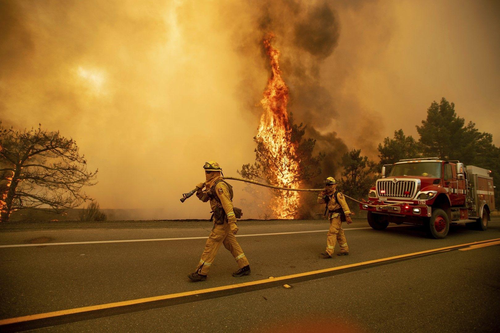 В борбата с огъня се включиха хеликоптери, булдозери и друго оборудване