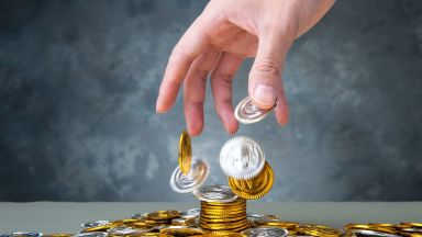 300 българи без деклариран доход пазарували за над 50 бона, двама похарчили милион