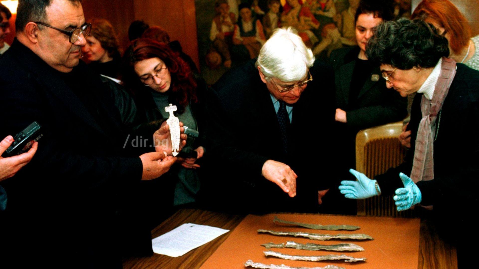 Божидар Димитров и бившия министър на културата Димитър Абрашев разглеждат дарение