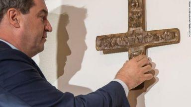 Поставянето на кръстове на сградите в Бавария предизвика остри реакции