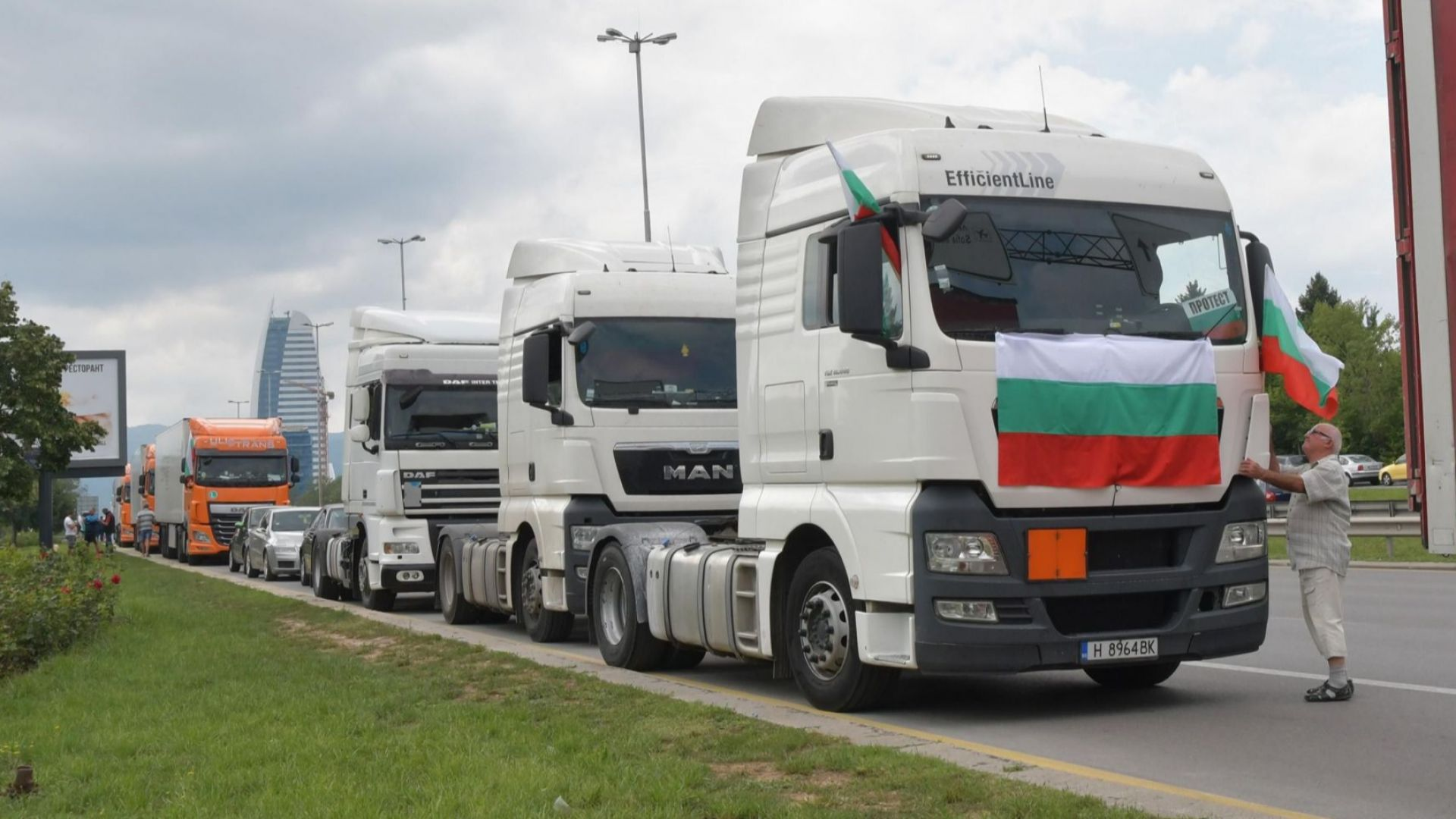 Превозвачите отново на протест, блокират страната