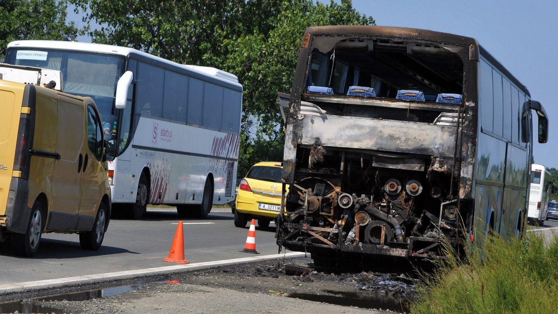 Автобус с туристи се запали близо до Поморие