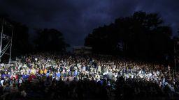 """Стотици аплодираха """"Калигула"""" в двучасов дъжд на """"Театър пред театъра"""""""