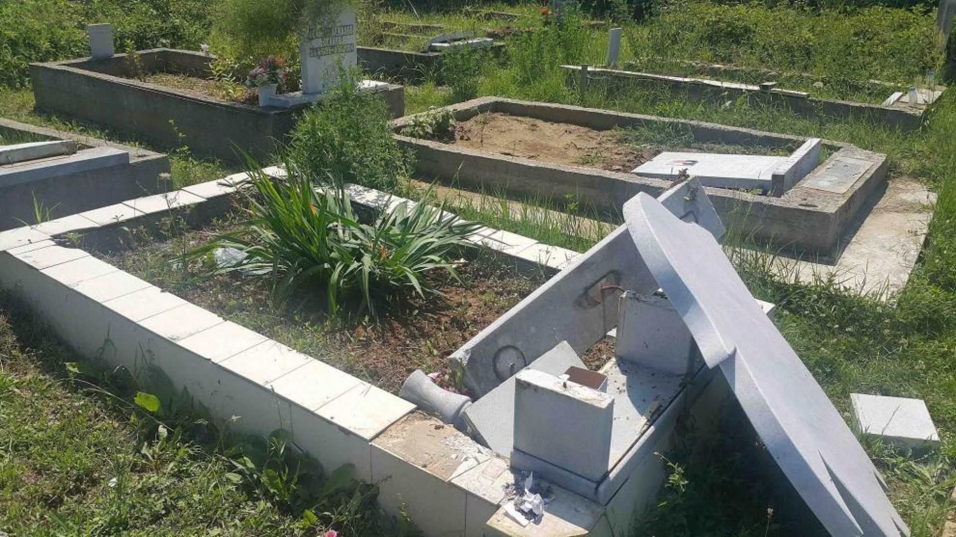 Хванаха вандали, потрошили 55 паметника в гробище