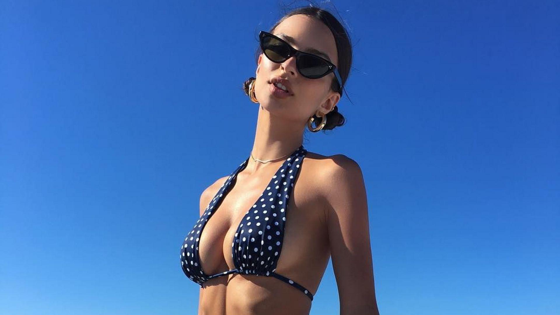 Горещата Емили Ратайковски на плажа