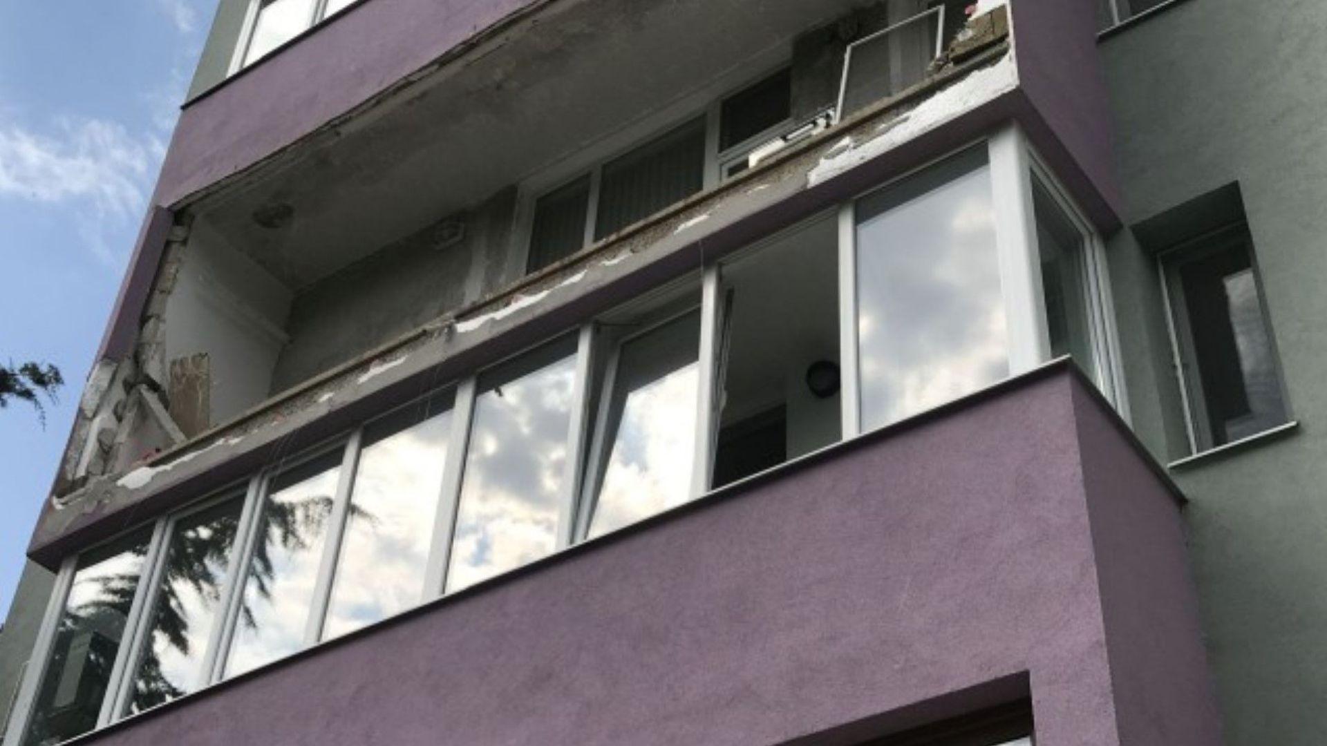 Взрив на газова бутилка разруши тераса на жилище, мъж е с изгаряния