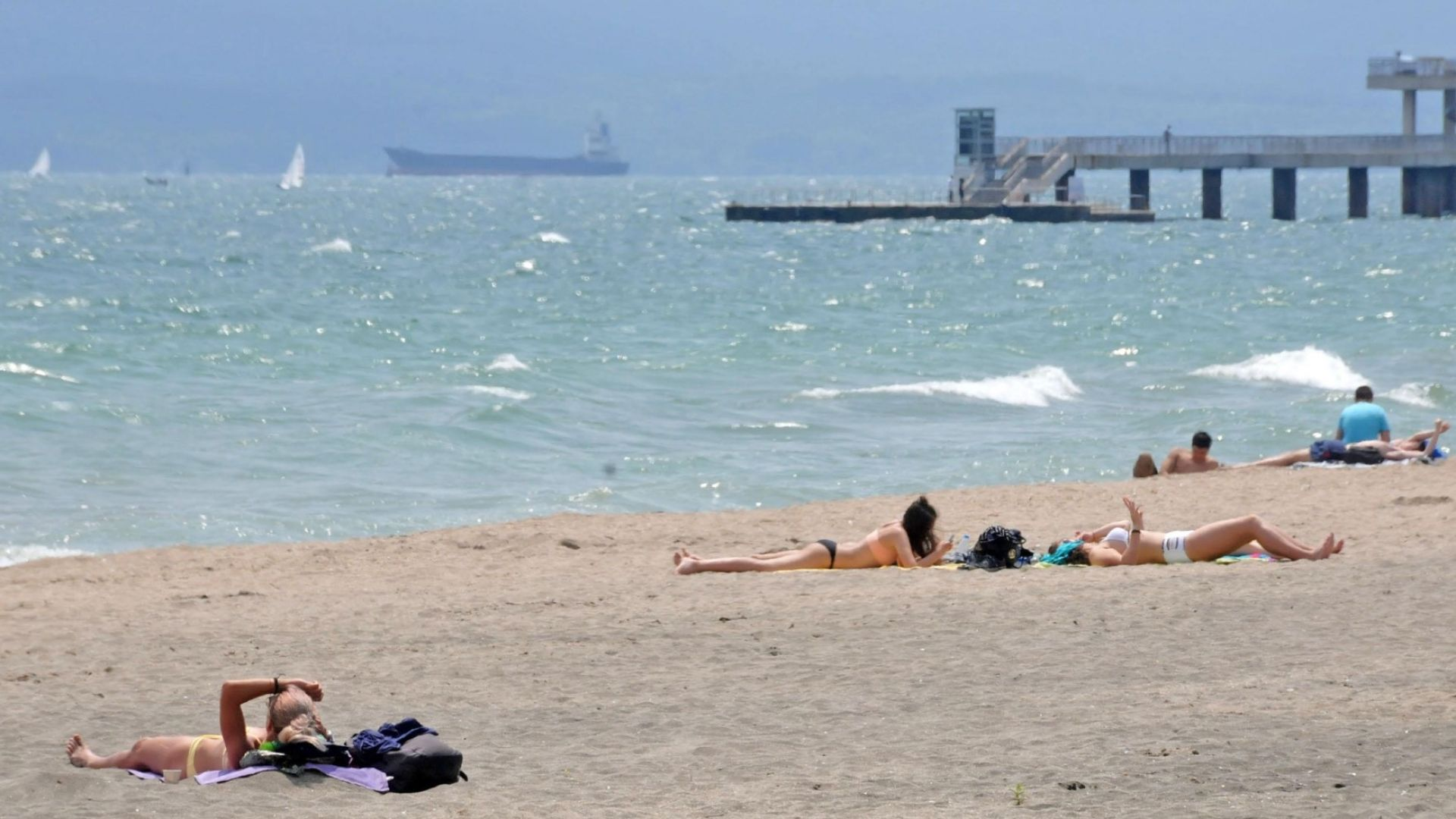 Катранени топчета покриха плажовете в Приморско, Несебър и Ахелой