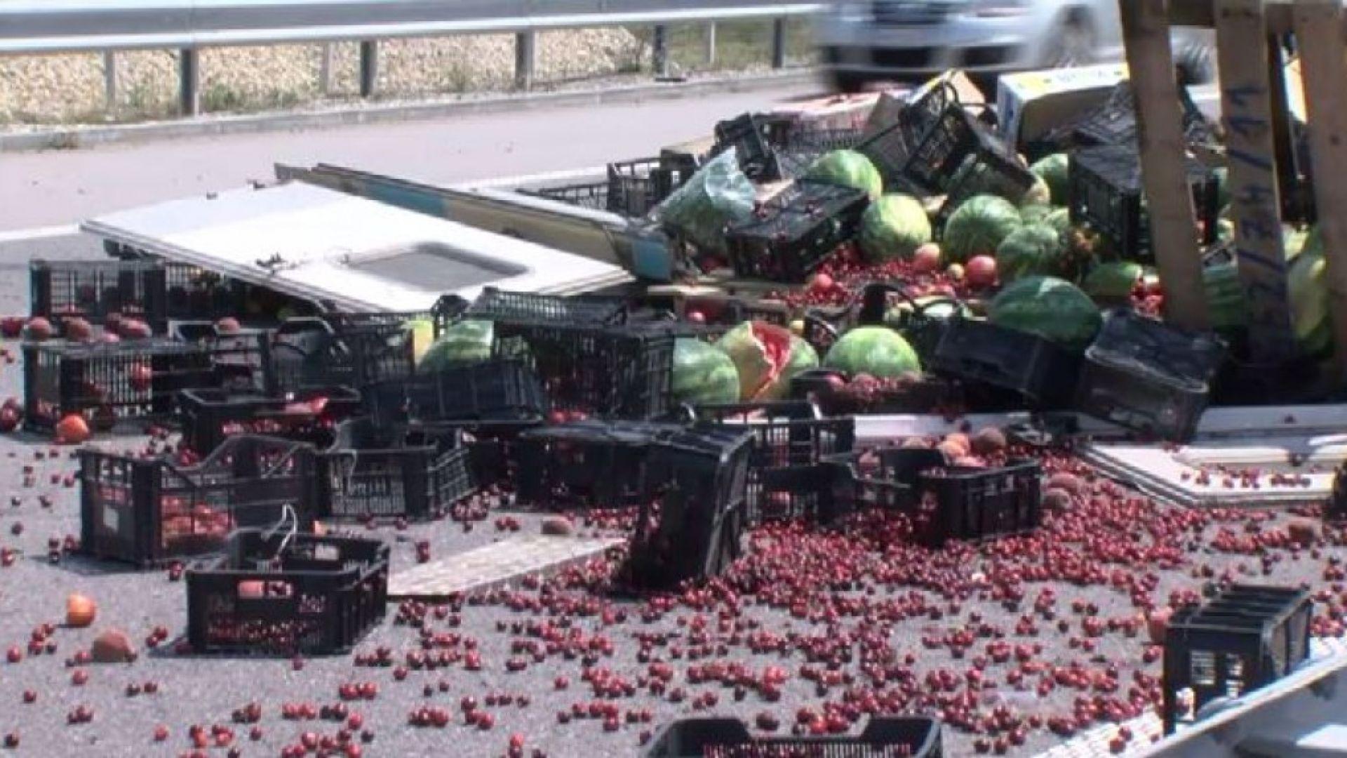 """Камион се обърна и изсипа дини, домати и череши на """"Струма"""""""