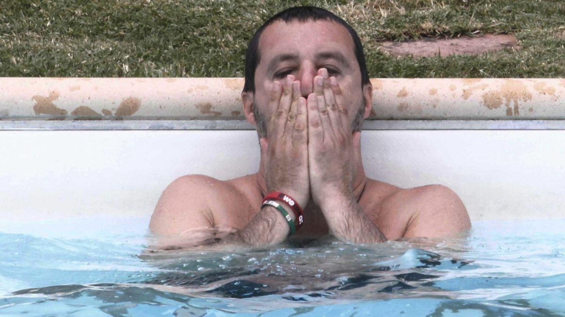 Италианският вътрешен министър плува в басейна на мафиот (снимки)