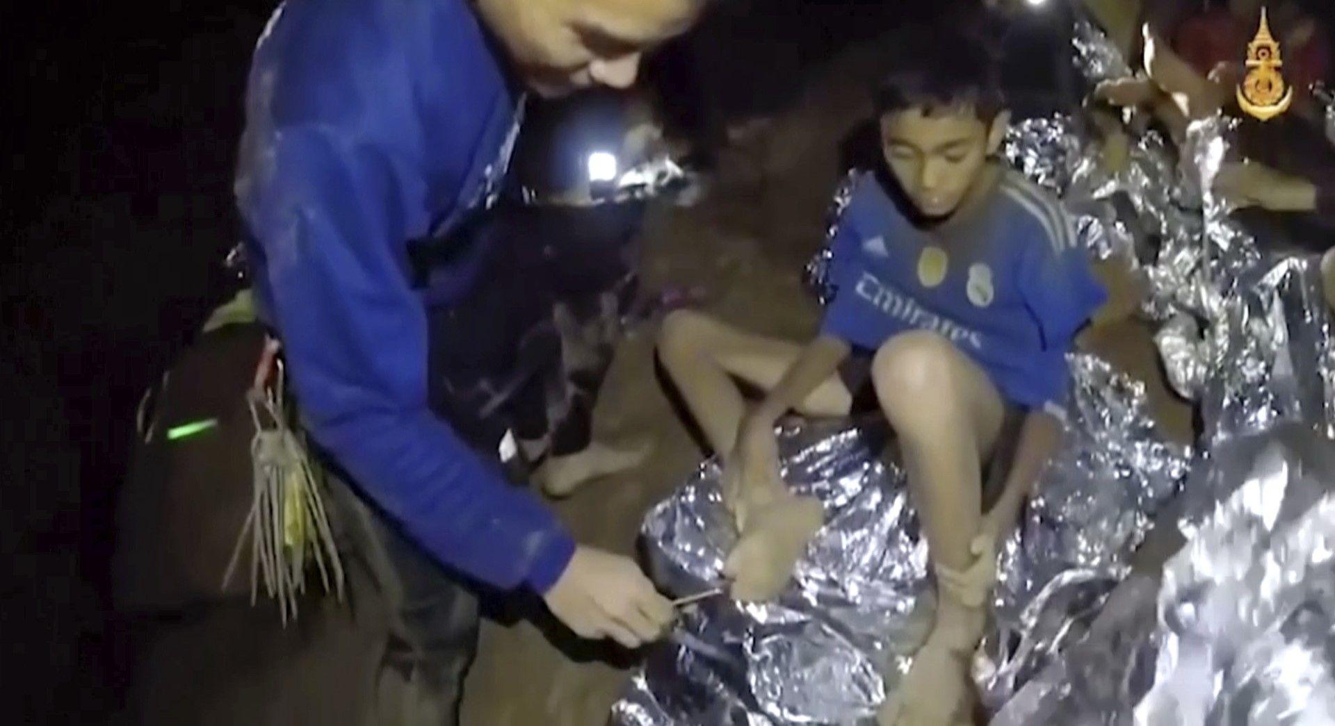Засега децата и треньорът им са добре, доставена са им храна и термозавивки