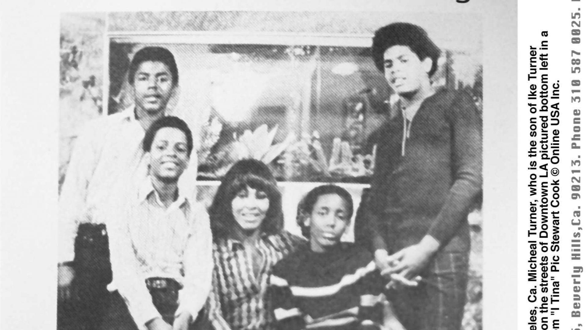 Тина Търнър с децата си - Айк-младши, Майкъл, Рони и Крейг (вдясно)