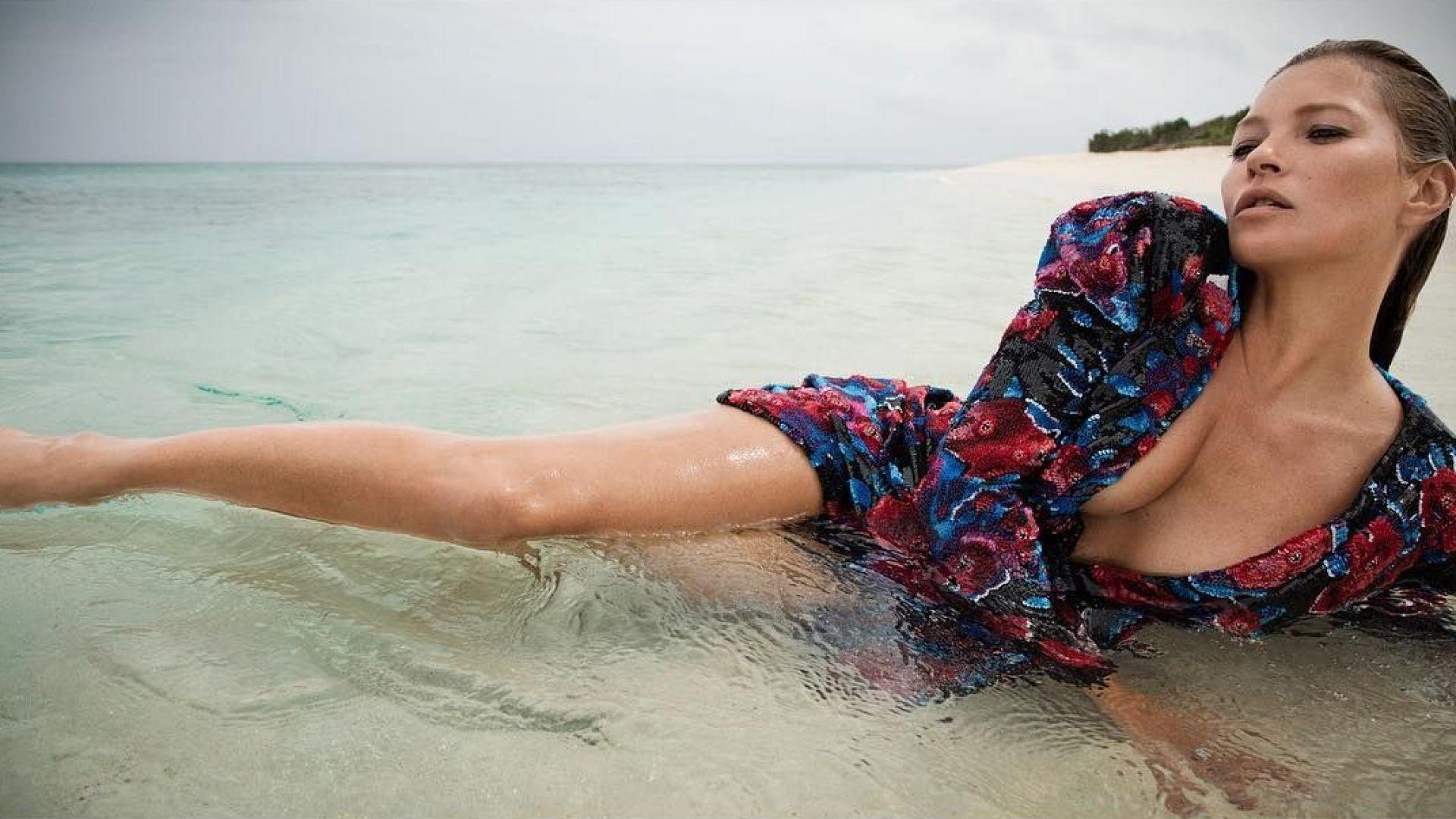 """Кейт Мос влезе с дрехите в морето за """"Сен Лоран"""""""