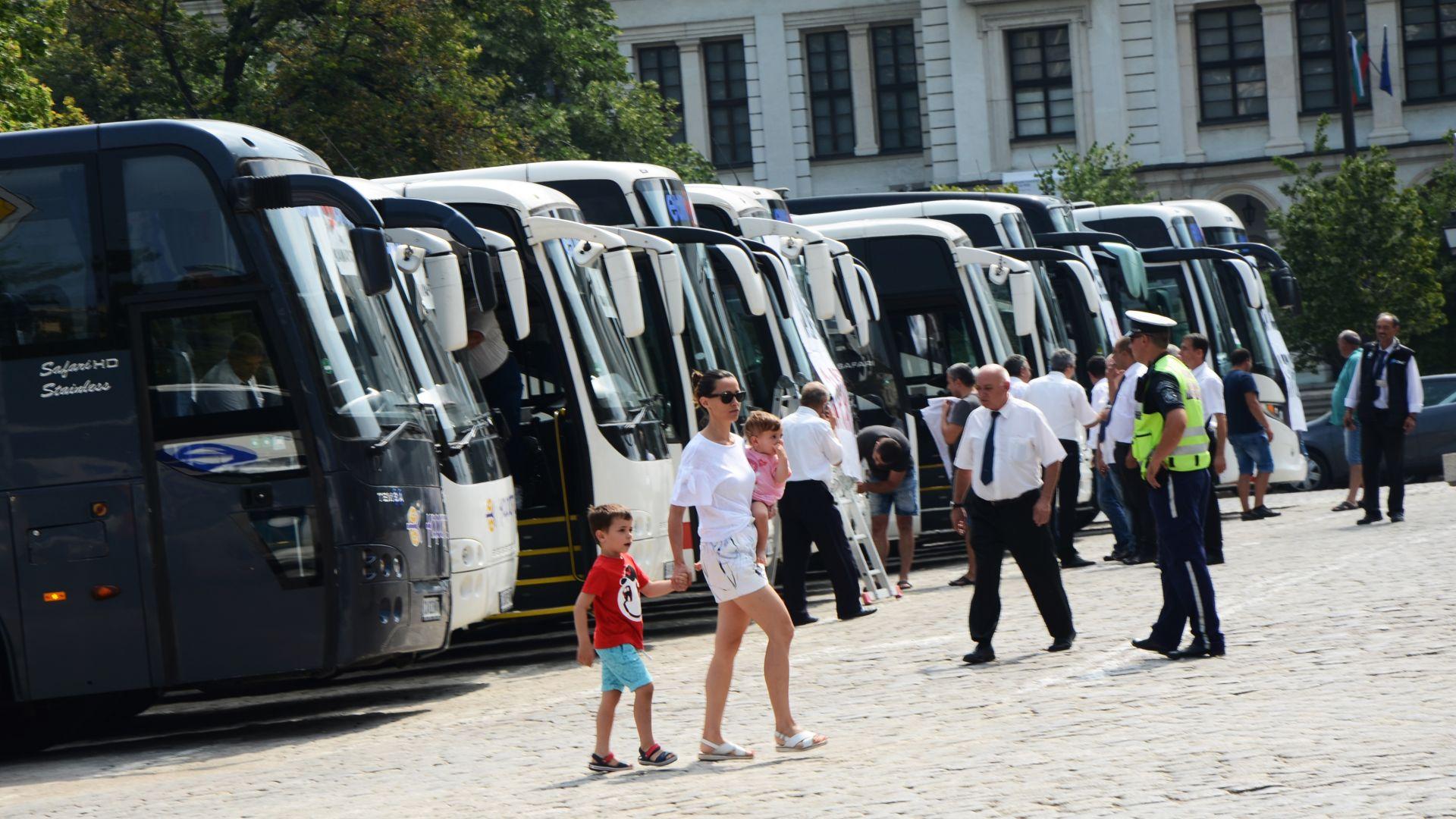 Протестът на превозвачите, подкрепящи проектозакона за автомобилната камара, напълни София с автобуси