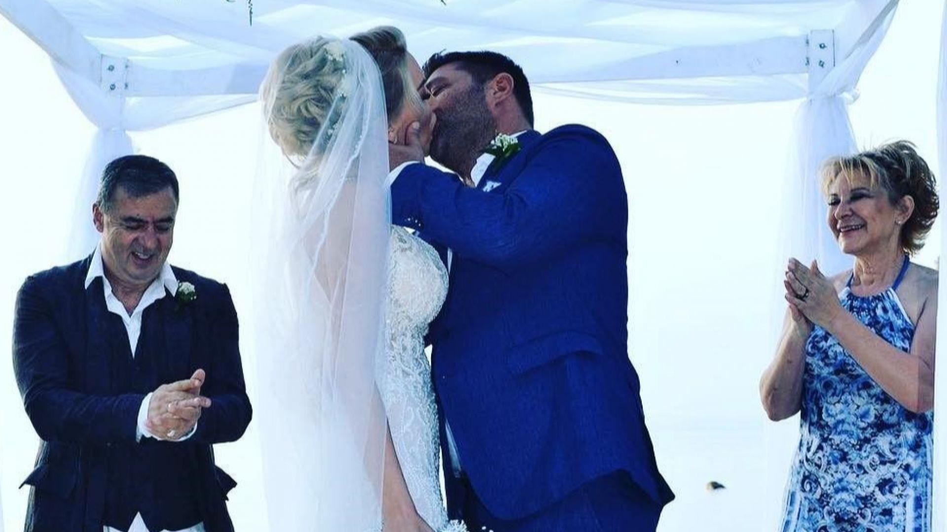 Антония Петрова показа отблизо първата целувка пред олтара (снимки)