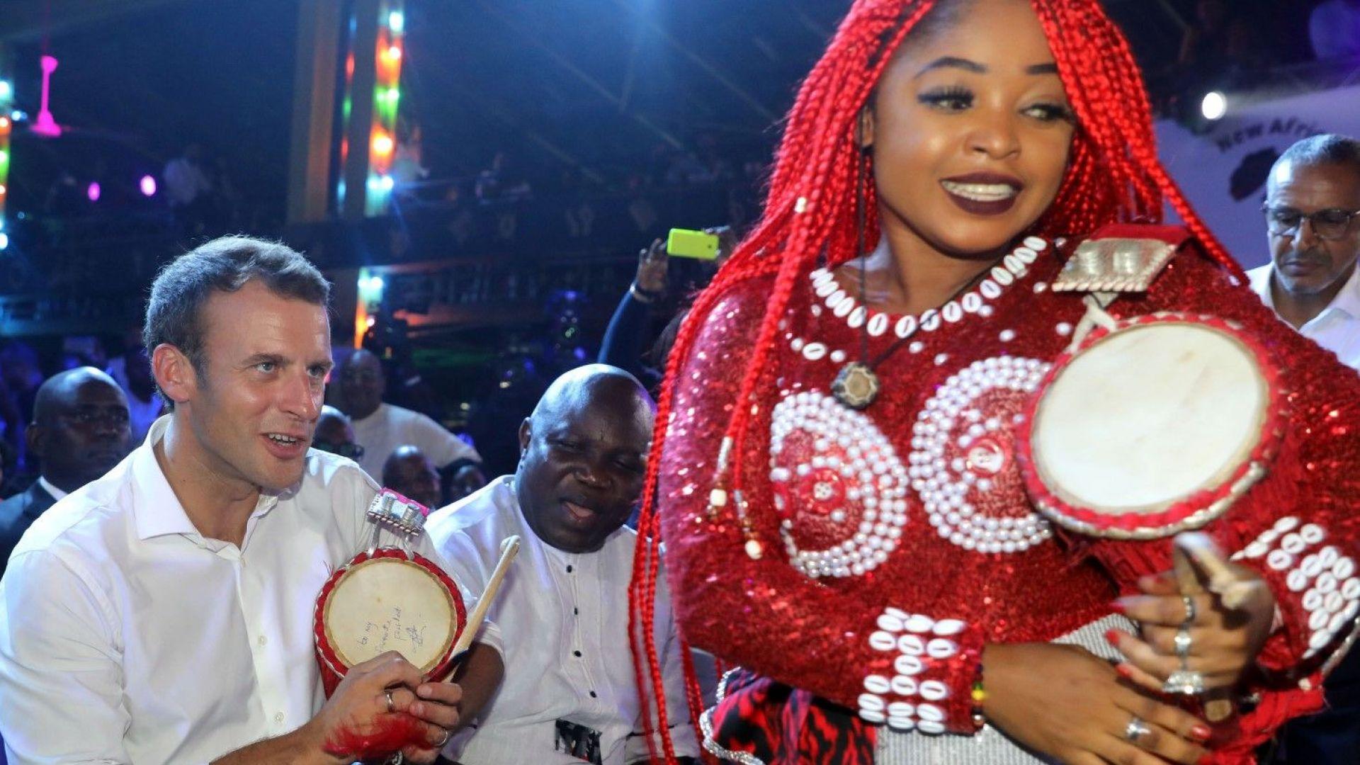 Макрон се весели в нощен клуб в Нигерия (снимки)