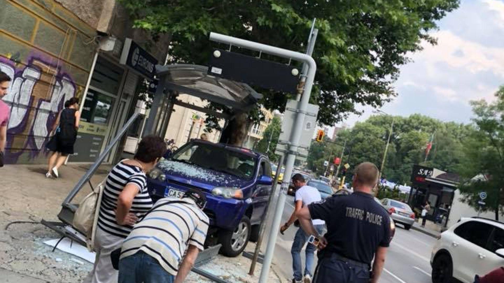 Кола се вряза в спирка на градския транспорт в София