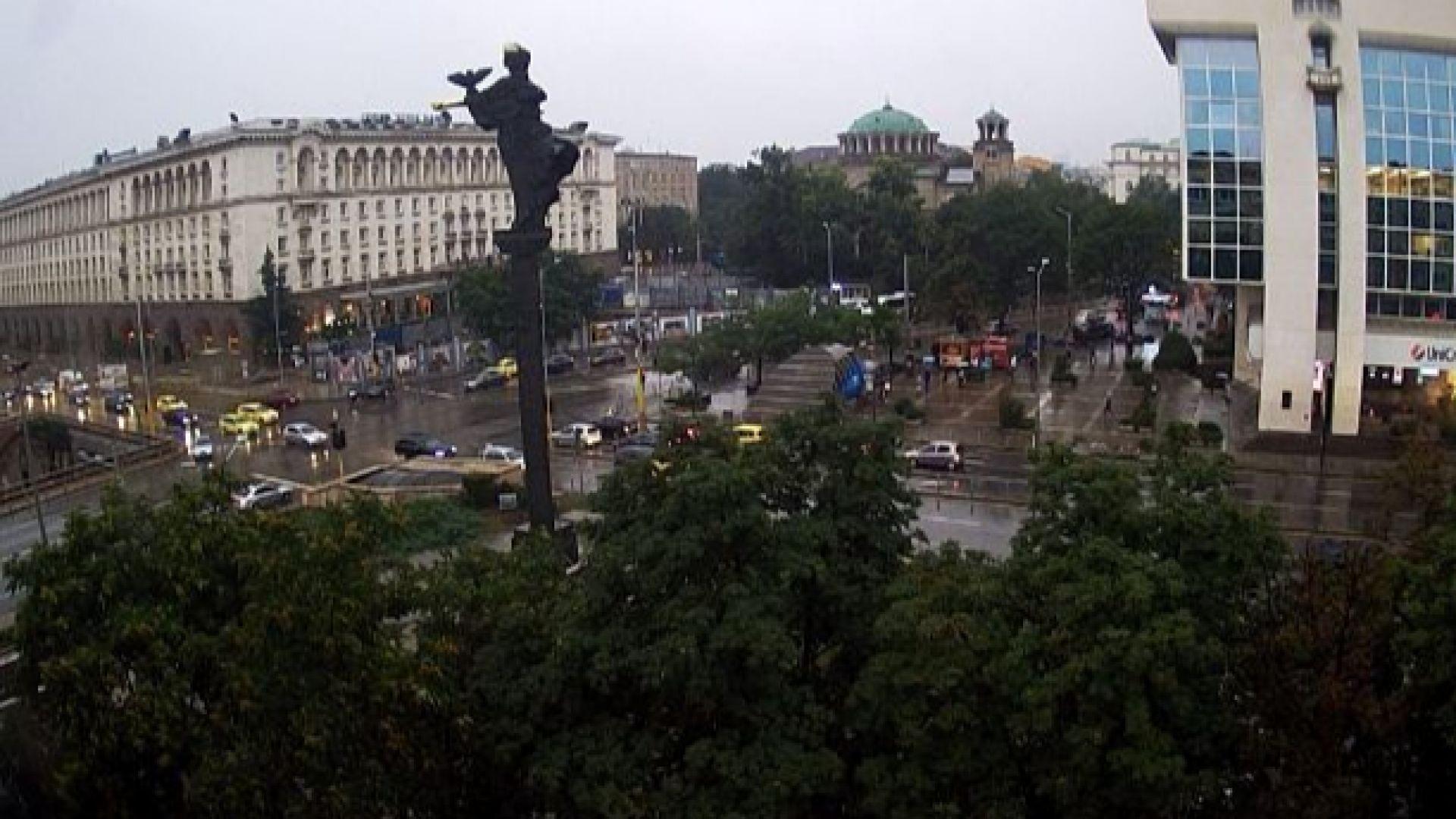 Силна буря, дъжд и градушка в София