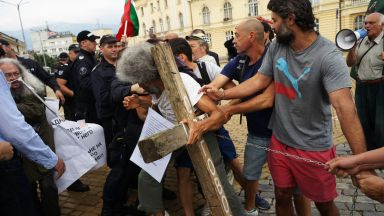 Сблъсък между протестиращи в подкрепа на Босия и полицаи пред НС (снимки)