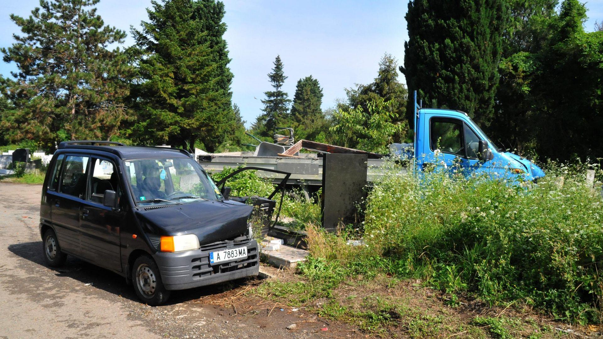 Кола и камион катастрофираха в гробището в Бургас (снимки)