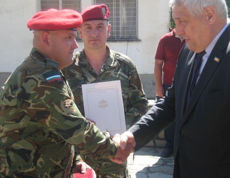 Отличието е връчено от началника на политическия кабинет на министъра на отбраната Илия Налбантов