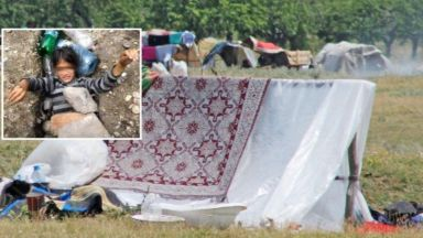 В Самоков заровиха с камъни и боклуци живо ромско дете