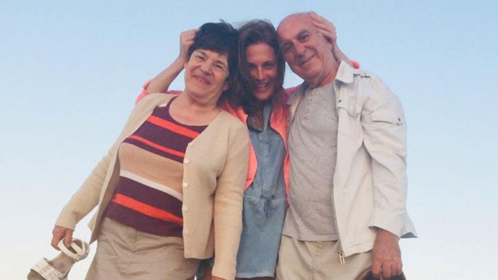 Теодора Духовникова на море с родителите си