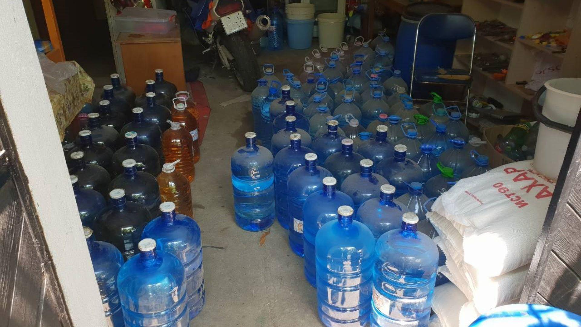 Откриха тон и половина алкохол в гараж в Аксаково
