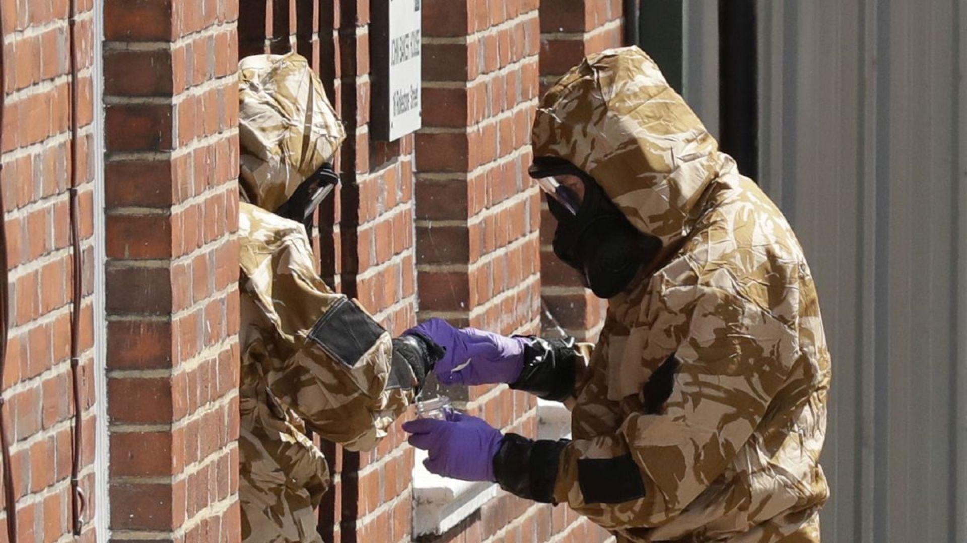 Полицаи в защитни дрехи търсят следи от Новичок в Еймсбъри