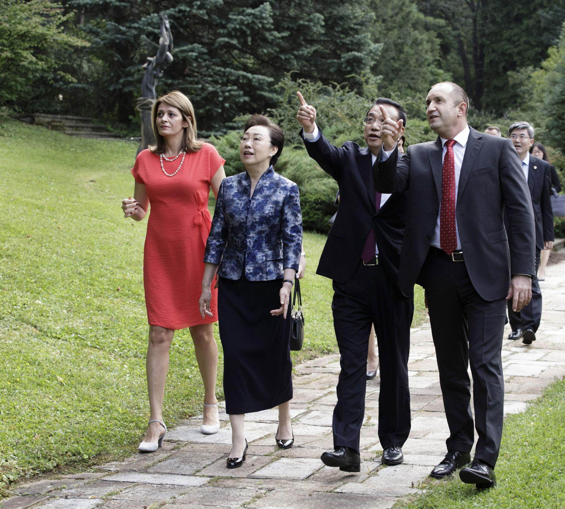 Румен Радев и неговата съпруга Десислава Радева посрещнаха китайския премиер Ли Къцян и съпругата му Чън Хон