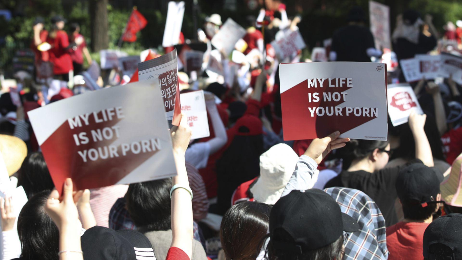 """18 000 южнокорейки протестираха срещу """"порното с камери за шпиониране"""""""