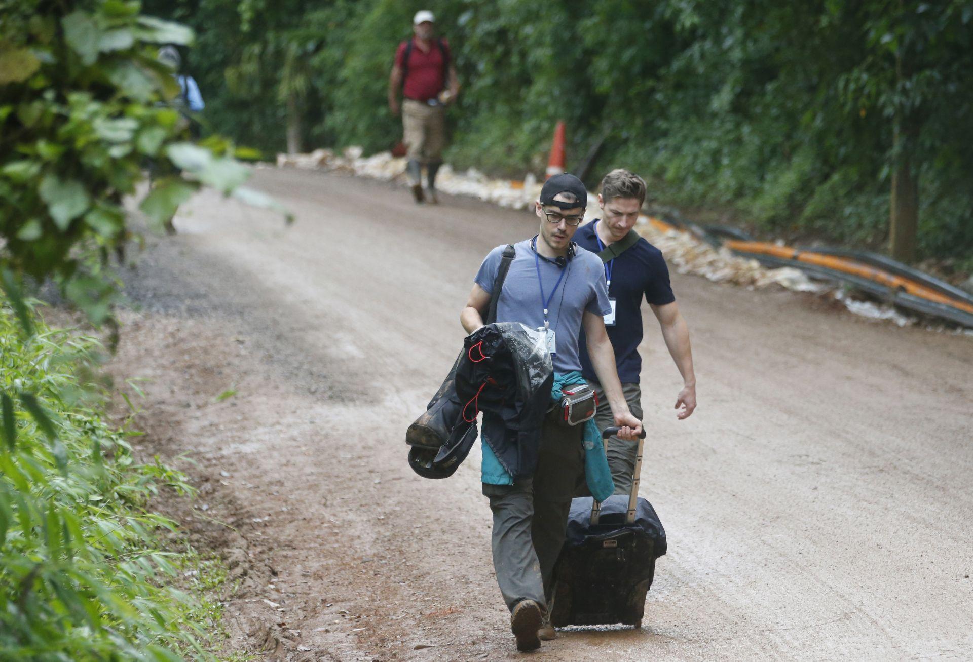 Евакуиране на журналистите от района на пещата