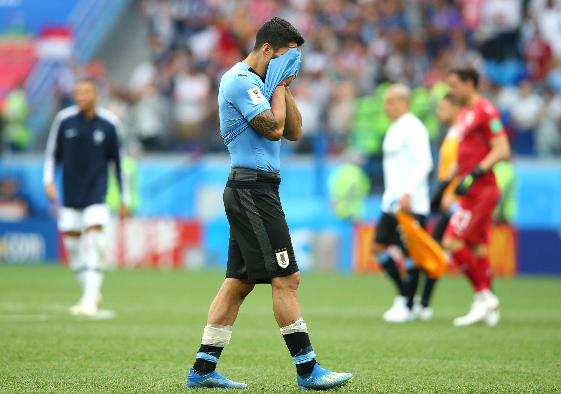 Луис Суарес напуска терена в сълзи