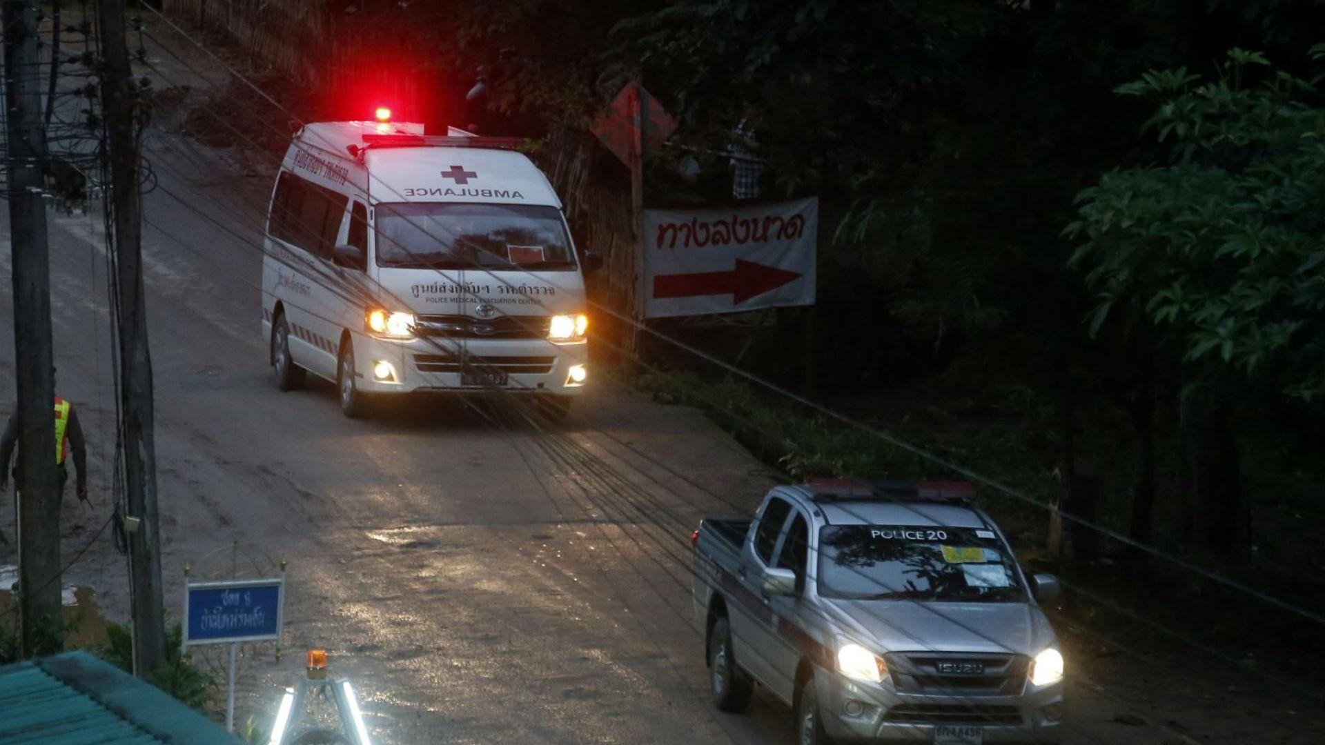 Спасените момчета от пещерата в Тайланд станаха четири (Обновена)