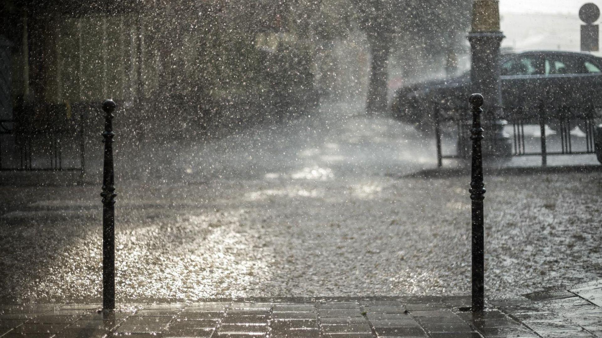 Дъждът в София не спира вече 10 часа, в Пловдив улици са под вода