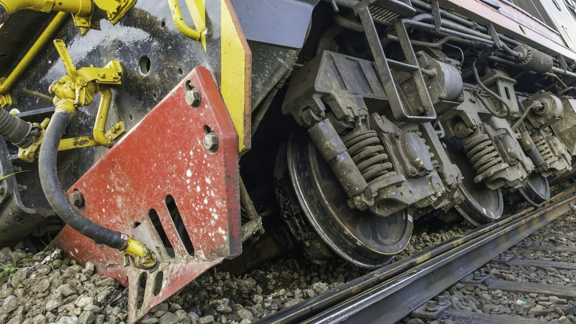 Проверяват стрелка заради дерайлиралия товарен влак на гара Нова Загора