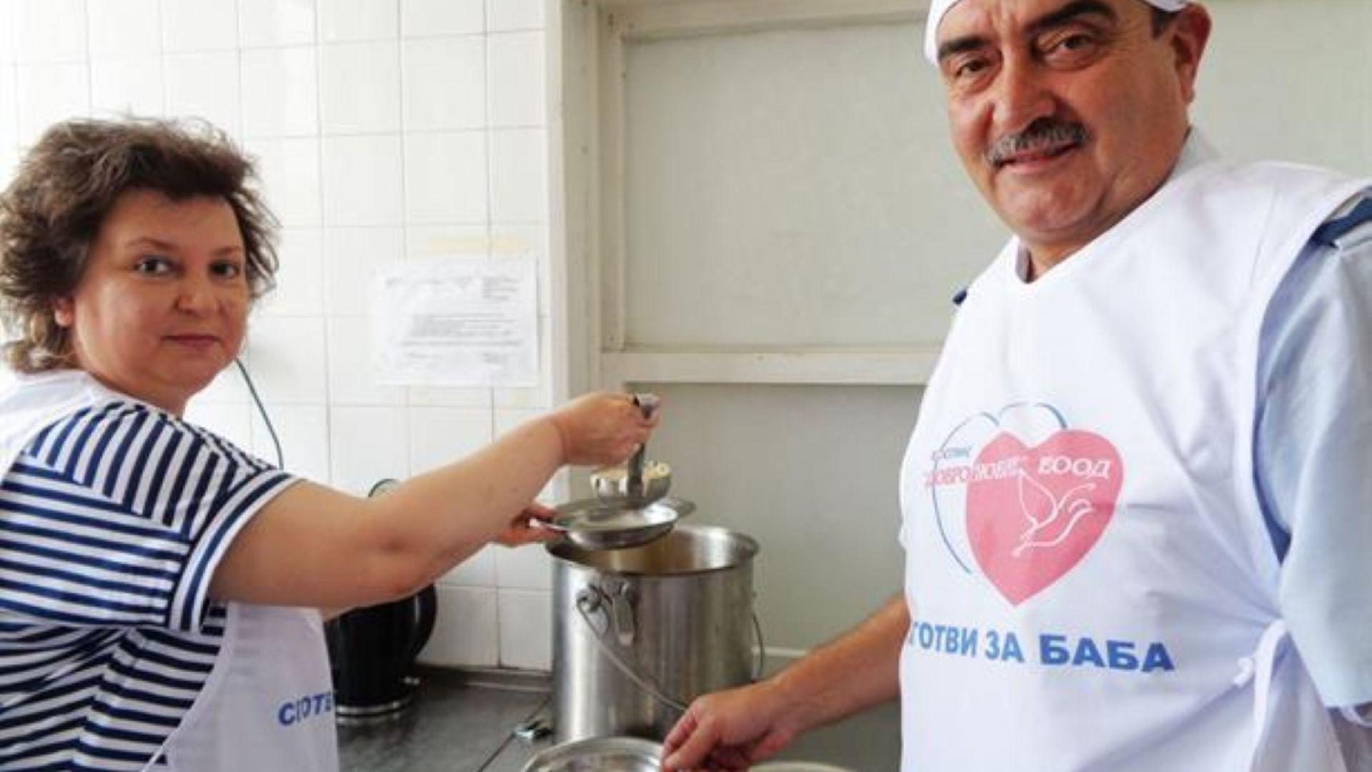 Полицаи дариха продукти, готвиха и сервираха в хоспис в Кърджали