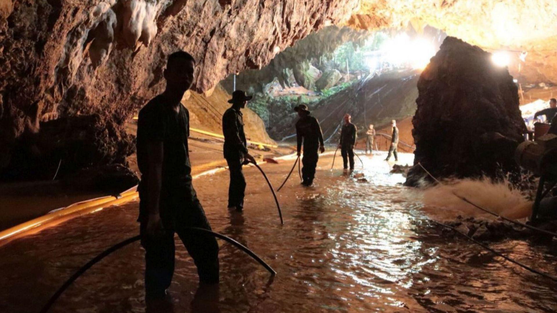 Извадиха още 4 момчета от наводнената пещера в Тайланд
