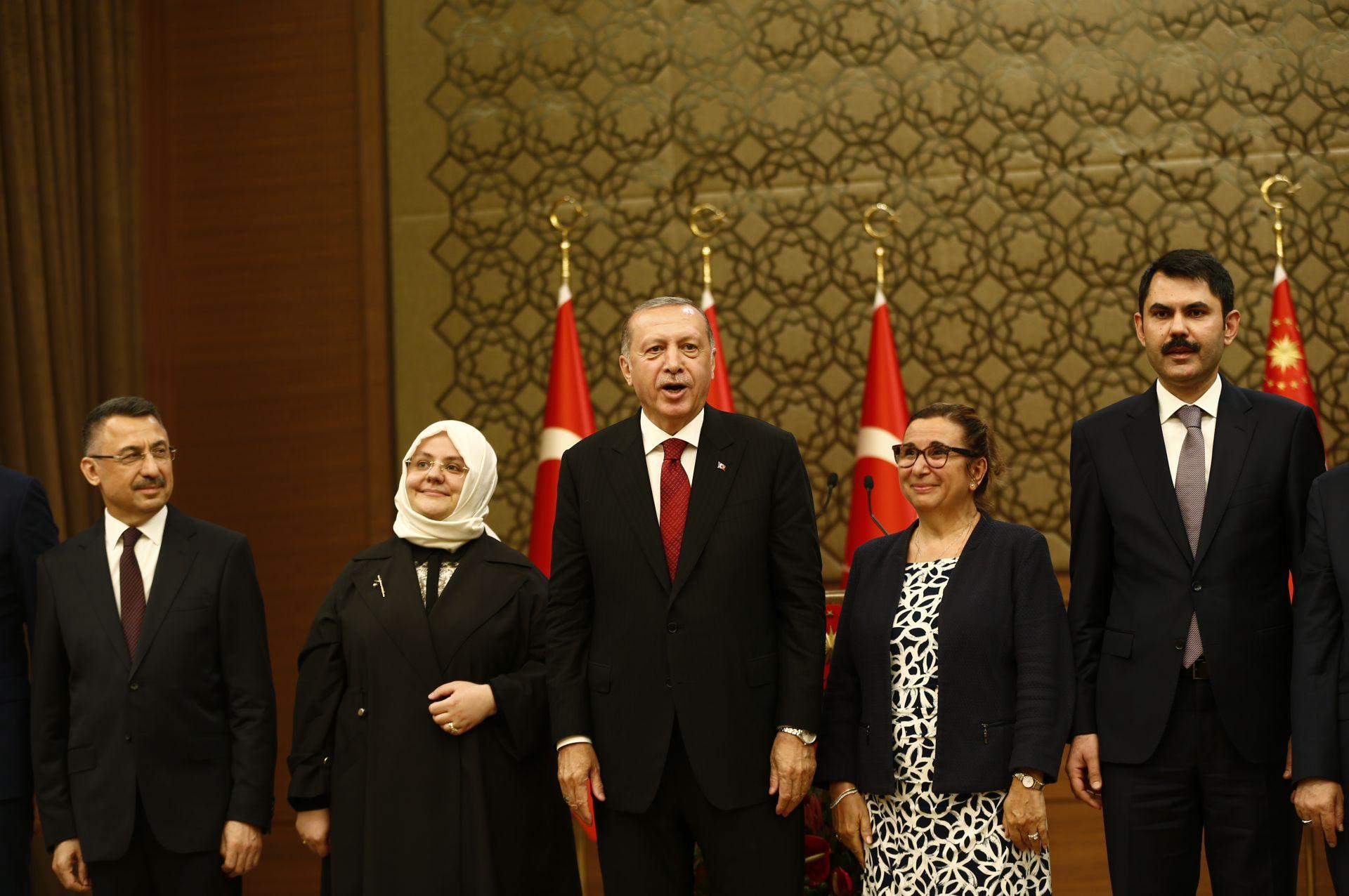 В състава на новия кабинет има две жени