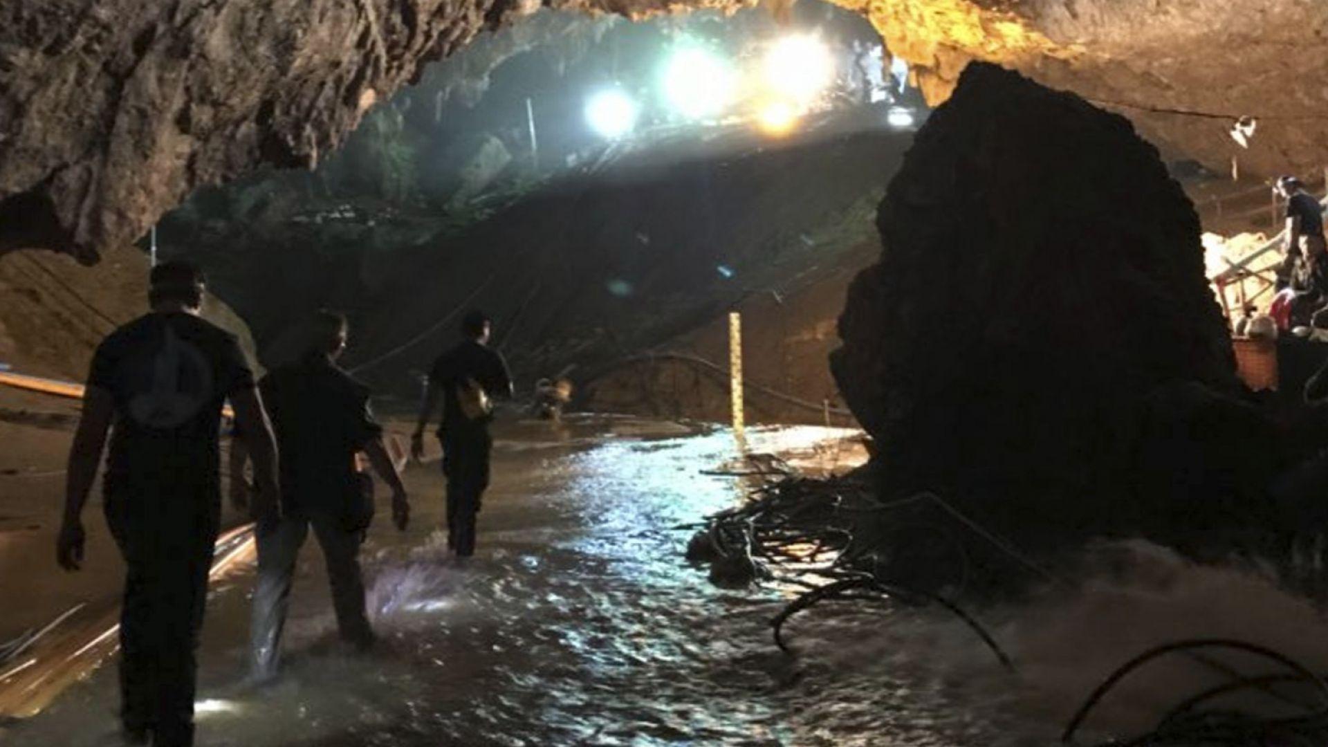 Мъск е със своята миниподводница край пещерата в Тайланд