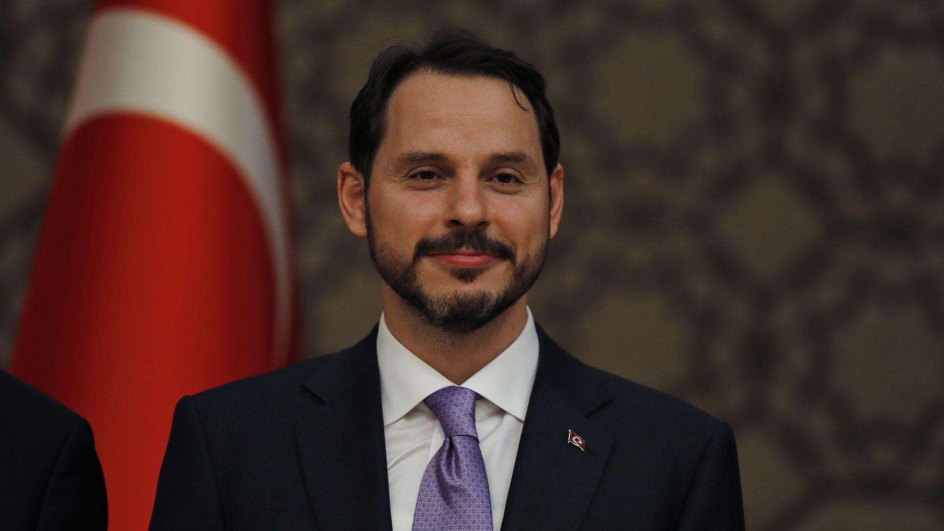 Турската лира се срина след роднинско назначение на Ердоган