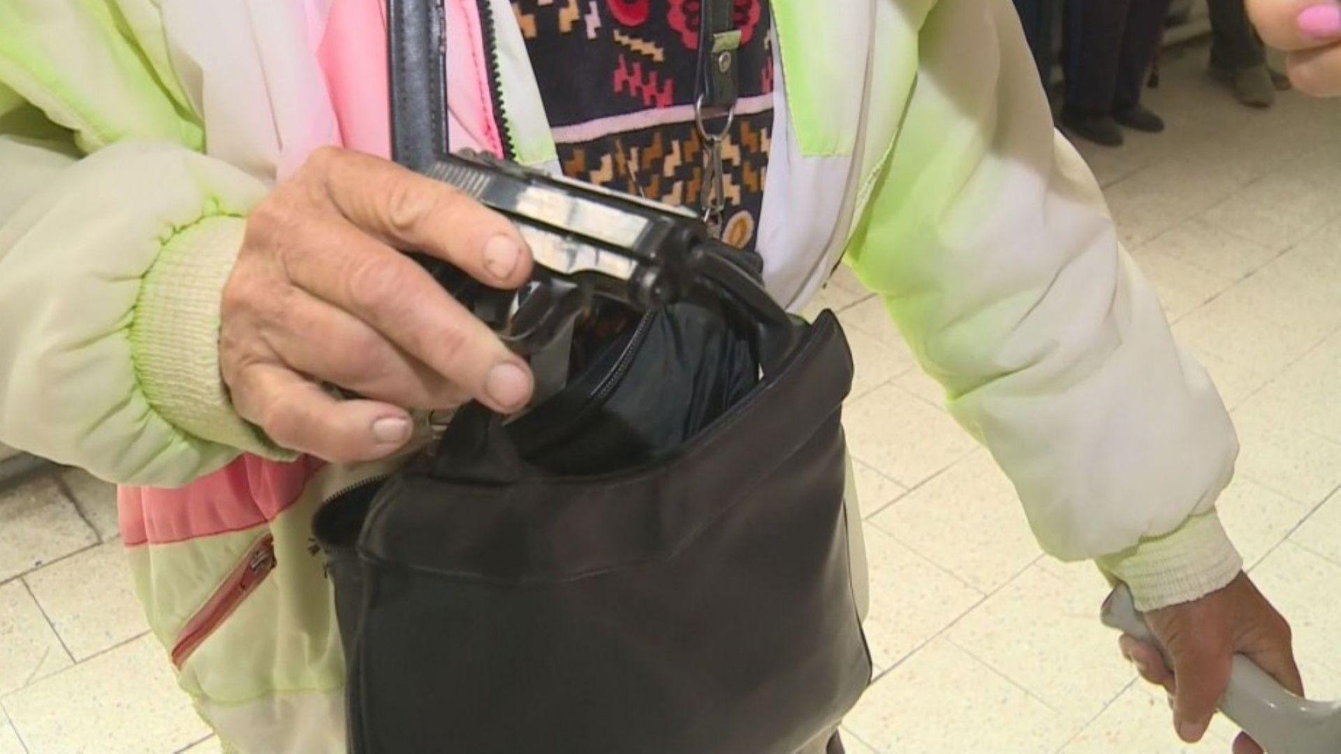 Баба отиде с пистолет за пенсията си в обраната поща в Световрачене